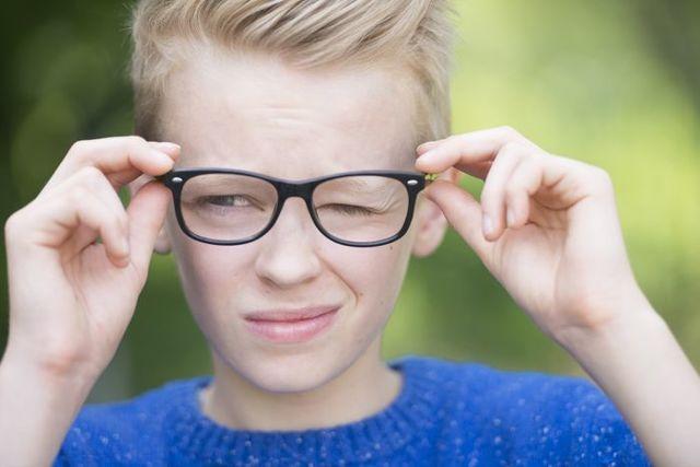 У ребенка дергается глаз - что это, причины и лечение, как лечить нервный тик, почему у 4 месячного малыша дергаются глаза