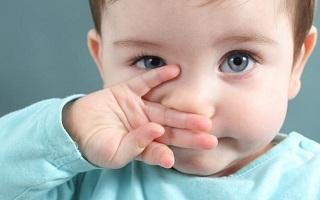 Почему закисает глазик у новорожденного, что делать?