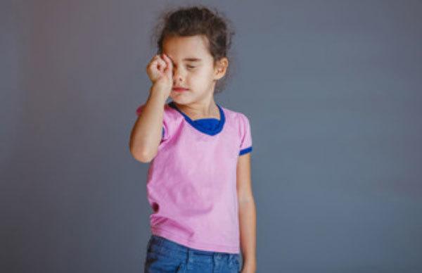 Ребенка укусила мошка в глаз - что делать и чем снять отек, если опухло веко