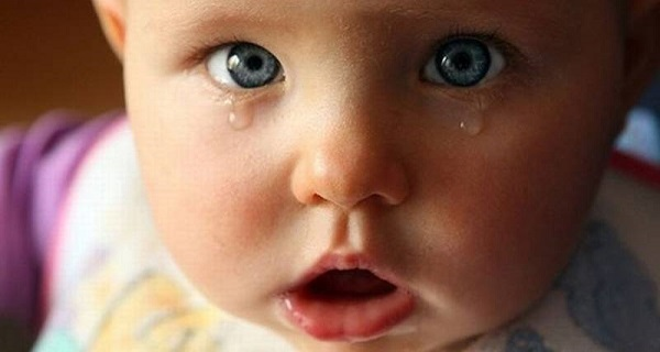 Желтые и белые выделения из глаз у ребенка, новорожденного грудничка